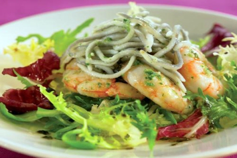 salad with garlic prawns