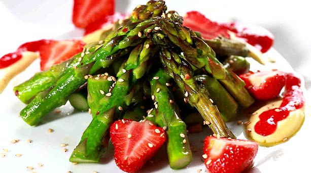 asparagus and strawberry salad